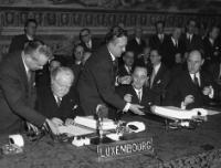 Signing of the Treaties for Luxembourg and the Netherlands by Joseph Bech, Lambert Schaus and Joseph Luns (from left to right)© AP - Redistribution of the image by third parties not authorised