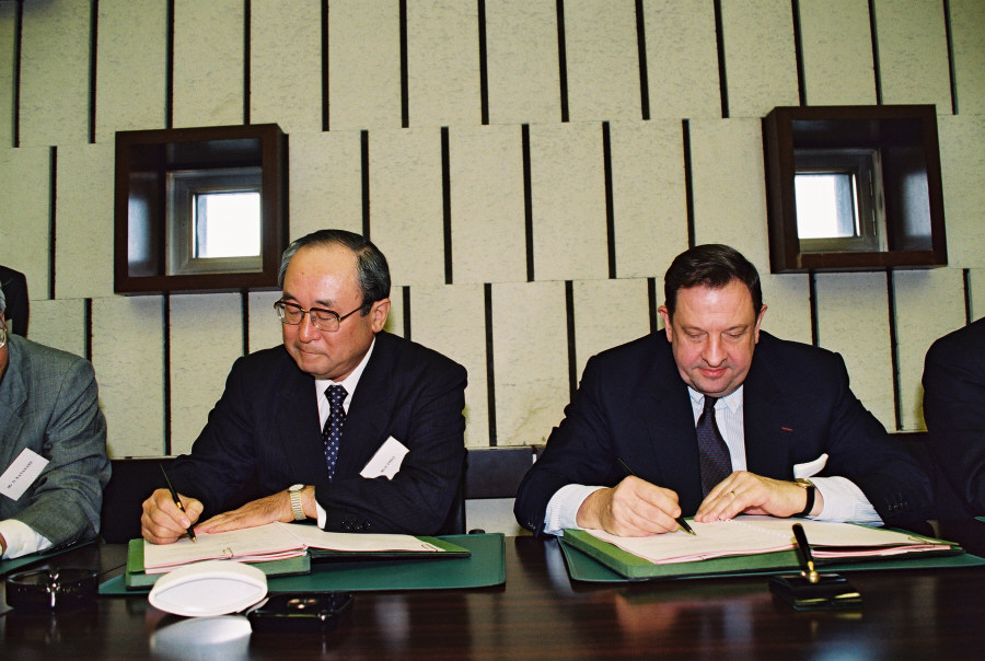 Signing of an agreement between the EEC and Japan