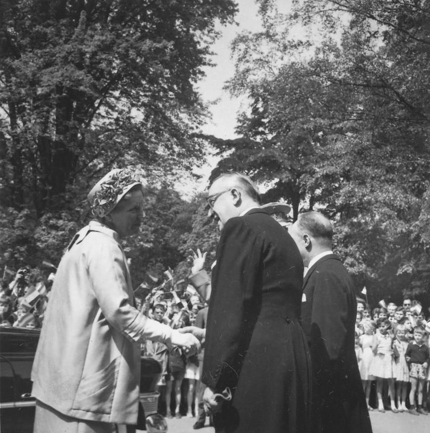 Visit by Juliana, Queen of the Netherlands, and Beatrix, Princess of the Netherlands, to the European School of Brussels I (Uccle)