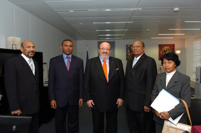 Visite de Marcel Ranjeva et Andriamparany Radavidson, ministres malgaches, à la CE