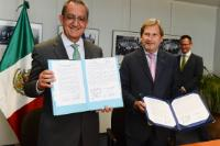 Rodrigo Alejandro Nieto Enríquez, on the left, and Johannes Hahn showing the Letter of Intent signed by the two parties