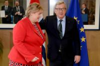 Embrace between Erna Solberg, on the left, and Jean-Claude Juncker