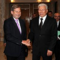 Handshake between Taïeb Baccouche, Tunisian Minister for Foreign Affairs, on the right, and Johannes Hahn