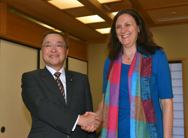 Visite de Cecilia Malmström, membre de la CE, au Japon
