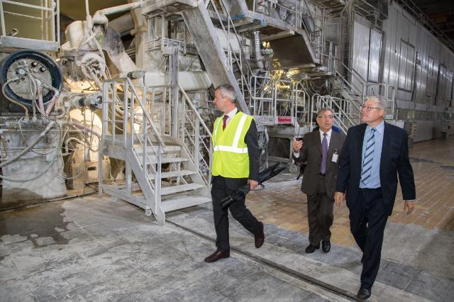 Visite de Karmenu Vella, membre de la CE, à l'usine de fabrication du papier Stora Enso
