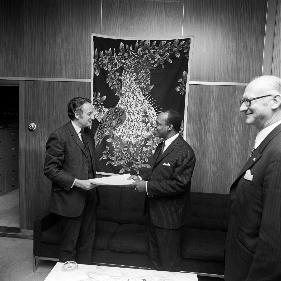 Presentation of the credentials of the Head of the Mission of the Cameroon to Jean-François Deniau, Member of the CEC