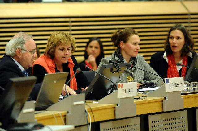 Connie Hedegaard, Member of the EC, in a video conference with inhabitants of one of the 600 isolated rural communities benefiting from the EURO-SOLAR regional Programme for Latin America