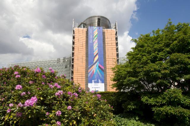 Le Berlaymont avec l'affiche: Europe 2020 - plus forts ensemble