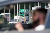 Bus, véhicules utilitaires, camionnettes et camions roulant sur une autoroute