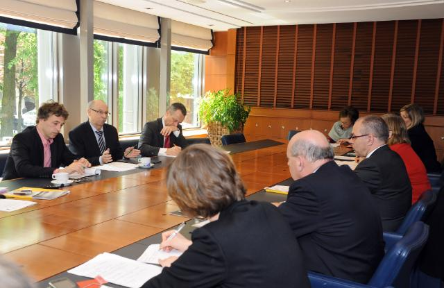 Informal exchange between Janusz Lewandowski, Member of the EC, and representatives from Europe's largest networks of local and regional authorities