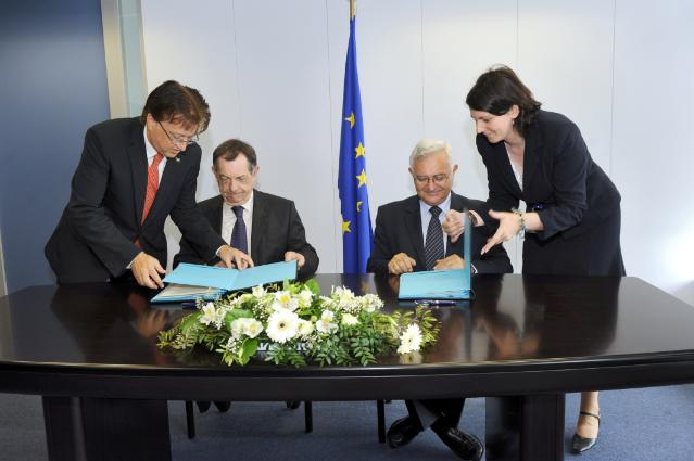 Signature d'un protocole d'accord en rapport avec l'Année mondiale vétérinaire («Vet2011») par John Dalli, membre de la CE, et Bernard Vallat, directeur d'OIE