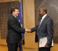Handshake between H.E. Ambassador James Kembi-Gitura, Head of the Mission of Kenya to the EU, on the right, and José Manuel Barroso