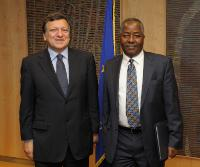 H.E. Ambassador James Kembi-Gitura, Head of the Mission of Kenya to the EU, on the right, and José Manuel Barroso