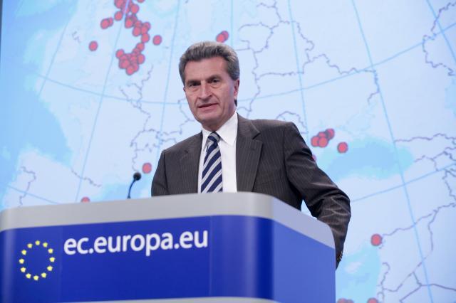 Conférence de presse de Günther Oettinger, membre de la CE, sur l'adoption par l'UE d'une législation globale sur les plateformes pétrolières