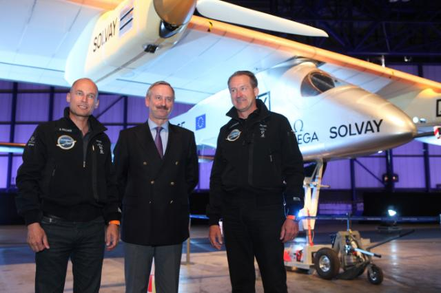 Présentation du Solar Impulse à l'aéroport de Bruxelles-Zaventem: premier vol international pour l'avion propulsé par l'énergie solaire