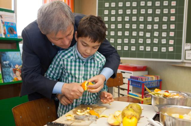 Visit of Dacian Cioloş, Member of the EC, in a school of Watermael-Boitsfort to promote the School Fruit Scheme and the School Milk Scheme