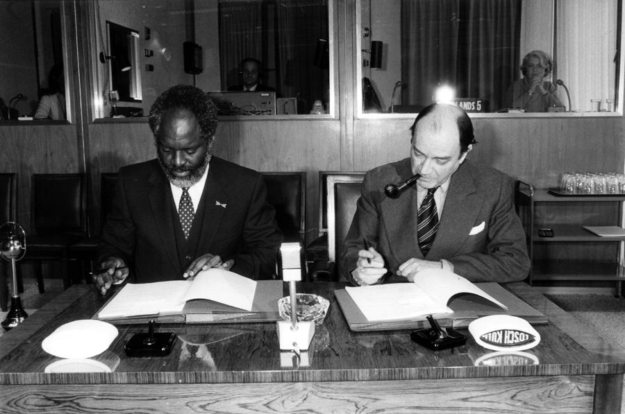 Signature d'une convention de financement entre la CEE et les Antilles néerlandaises