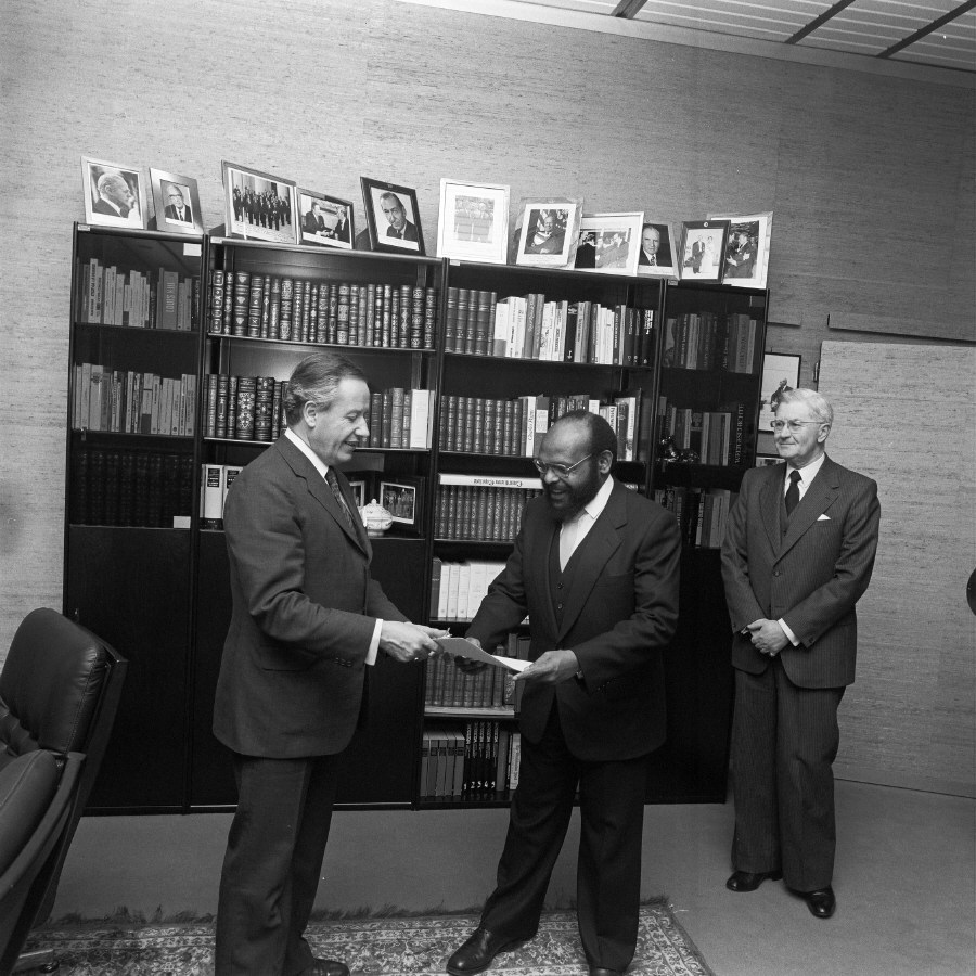 Presentation of the credentials of the Head of the Mission of Papua New Guinea to Gaston Thorn, President of the CEC