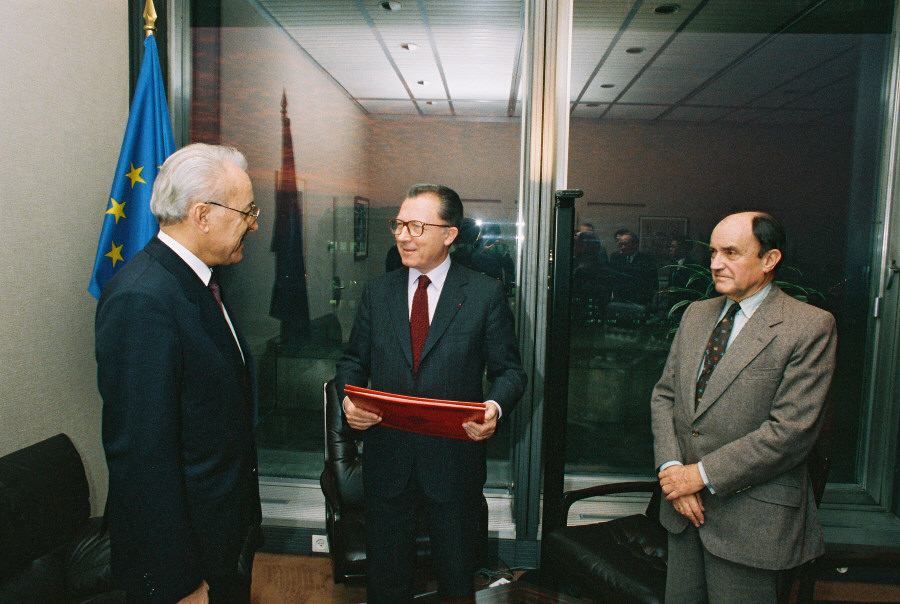 Presentation of the credentials of the Head of the Mission of Tunisia to the EC, to Jacques Delors, President of the CEC