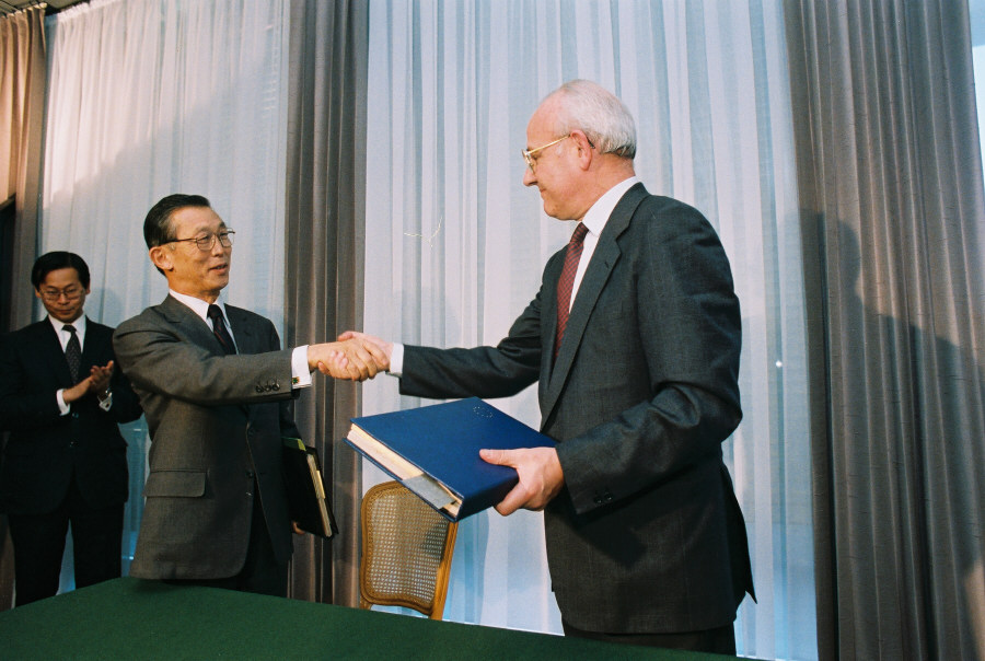 Signing of a cooperation agreement in the field of controlled thermonuclear fusion between the EEC and Japan