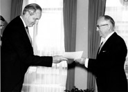 Presentation of the credentials of the Head of the Mission of the United Kingdom to Walter Hallstein, President of the Commission of the EEC
