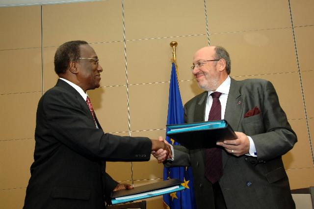 Visit by Edwin W. Carrington, Secretary General of the Caribbean Community (CARICOM), to the EC