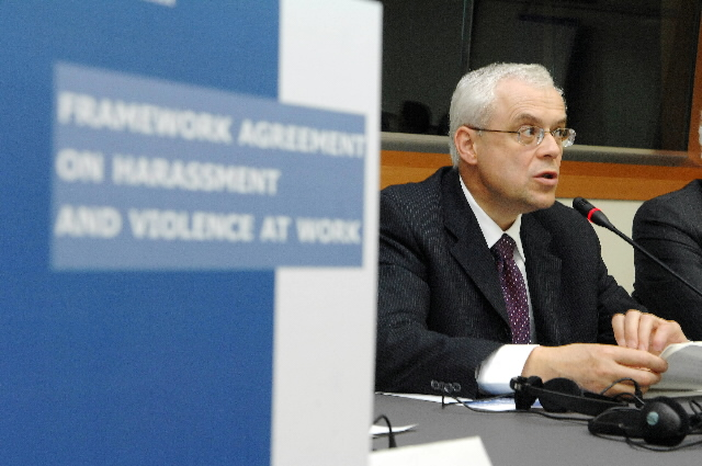 Signature of a framework agreement by Vladimír Špidla, Member of the EC, on harassment and violence at work