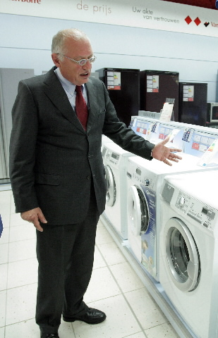 Visit of Günter Verheugen, Member of the EC, to an electrical appliance shop