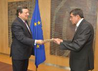 H.E. Ambassador Pablo Villagomez Reinel, Head of the Mission of Ecuador to the EU, on the right , and José Manuel Barroso