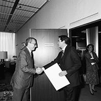 Présentation des lettres de créance des chefs de mission à Jacques Delors, président de la CCE