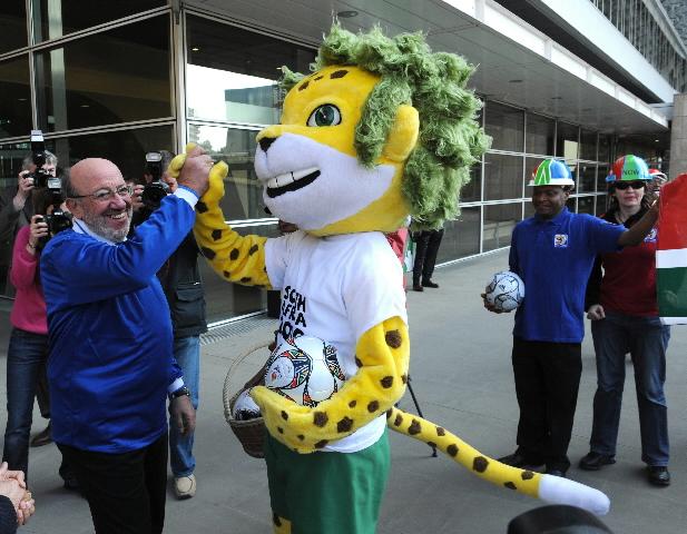 Louis Michel, membre de la CE, accueilleZakumi, la mascotte de la Coupe du Monde de l'Afrique du Sud