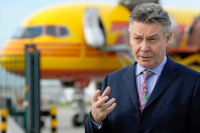 Visit by Karel De Gucht, Member of the EC, of the facilities of the express courier company DHL Aviation at the Brussels National Airport