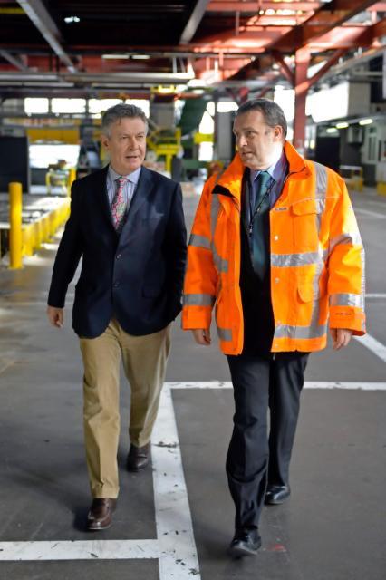 Visite par Karel De Gucht, membre de la CE, des infrastructures de l'entreprise de courrier express DHL Aviation à l'aéroport de Bruxelles-National