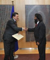 Handshake between H.E. Ambassador Jagdish Dharamchand Koonjul, Head of the Mission of  Mauritius to the EU, on the right, and José Manuel Barroso