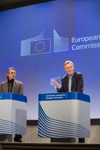 Joint press conference by Janez Potočnik and Jeremy Irons on the Green Paper on plastic waste