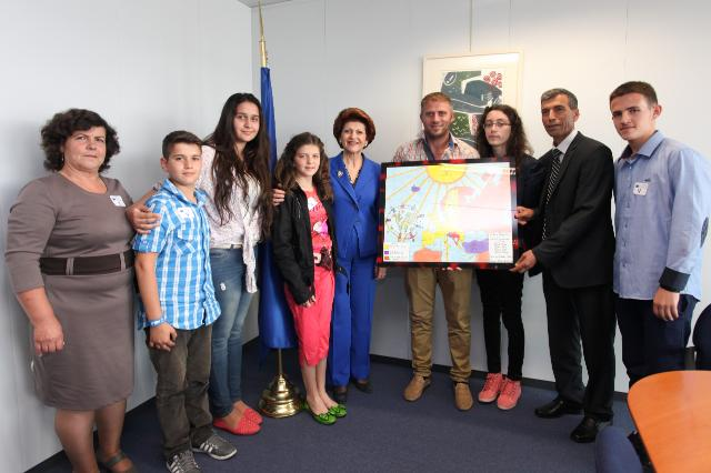 Visit of a group of students of the Kosovan primary school 'Bajram Curridu', winners of the 2013 quiz on Europe, to the EC