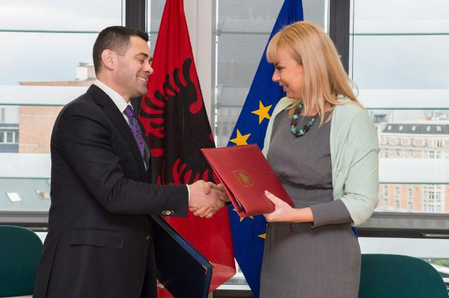 Signature of the Agreement formalising the entry of Albania in the COSME programme by Elżbieta Bieńkowska, Member of the EC, and Arben Ahmetaj, Albanian Minister for Economic Development, Trade and Entrepreneurship