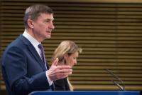 Andrus Ansip, on the left, and Mina Andreeva, Deputy Chief Spokesperson of the EC