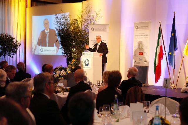 Remise du titre de sénateur d'honneur du 'Wir Eigentümerunternehmer-Gruppe' du Sénat européen à Jean-Claude Juncker, président de la CE