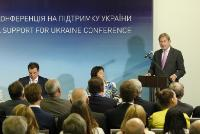 Aivaras Abromavičius, Ukrainian Minister for Economic Development and Trade, and Natalia Ann Jaresko, Ukrainian Minister for Finance, listening to the speech by Johannes Hahn, at the podium (from left to right)