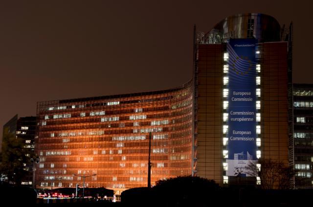 Le bâtiment Berlaymont éclairé en orange pour la campagne des Nations unies 'Tous UNIS pour mettre fin à la violence à l'égard des femmes'