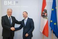Visite de Dimitris Avramopoulos, membre de la CE, en Autriche