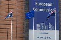Des drapeaux australiens, néo-zélandais et européens devant le bâtiment Berlaymont, siège de la CE