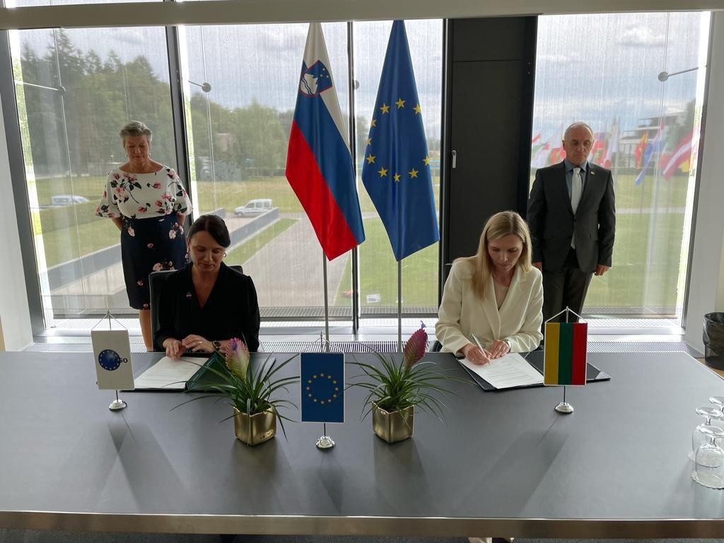 Ylva Johansson and Slovenian Minister Hojs observe while EASO Executive Director Gregori and Lithuanian Minister Bilotaitė sign operating plan.