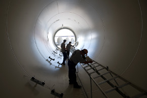 Workers inside a wind power tower in a factory located in Le Creusot/Bourgogne © EU