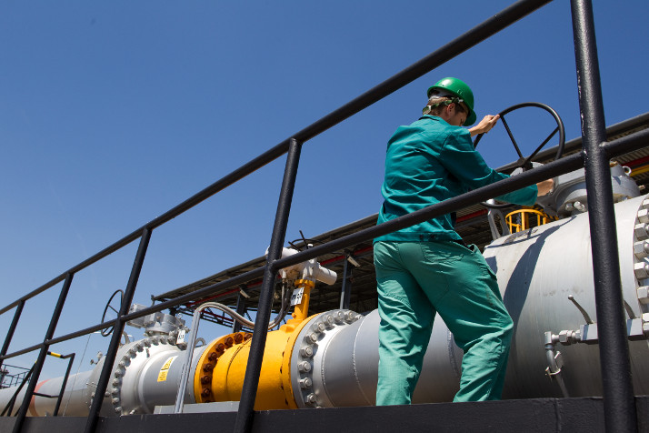 A worker in the pumping station of Druzhba pipeline system in Slovakia © EU