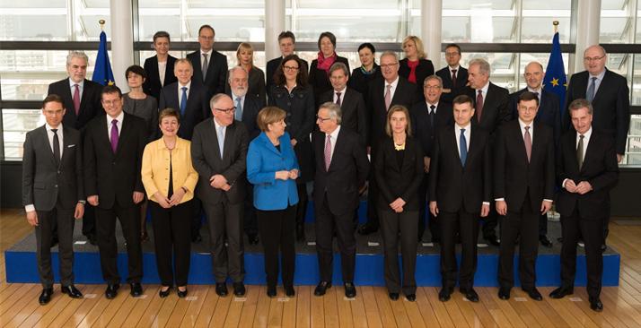 Photo de groupe du collège des commissaires et la chancelière Merkel