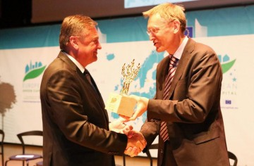 Mr. Janez Potocnik, European Commisioner for the Environment presenting Mr. Zoran Jankovic, Mayor of Ljubljana with the Award. Photo courtesy of Ursula Bach Sharing Copenhagen