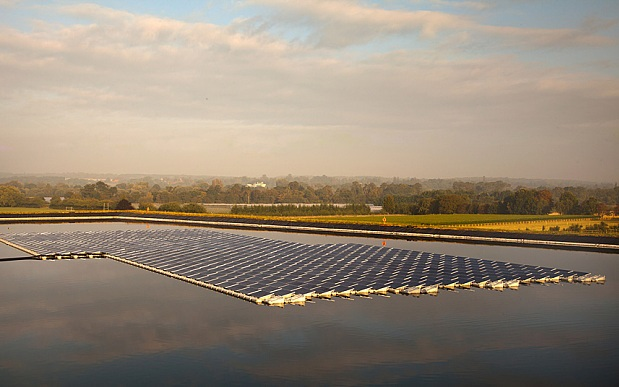 The first floating solar farm in the UK on Mark Bennett's farm in Berkshire, UK. Image courtesy of http://www.floatingsolarpanels.co.uk/