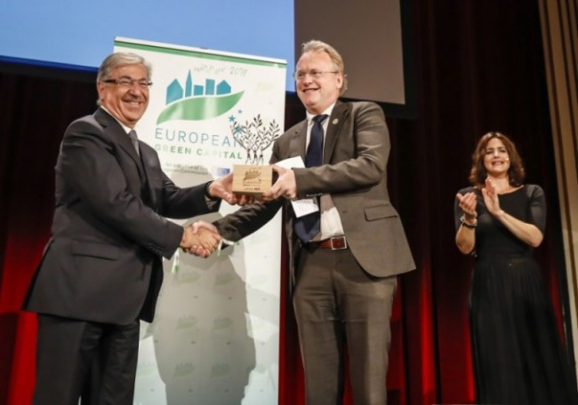 European Commissioner for the Environment, Maritime Affairs and Fisheries, Mr Karmenu Vella presenting the 2019 European Green Capital Award to Oslo's Governing Mayor, Mr Raymond Johansen.